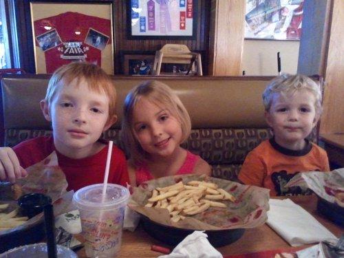 Murnahan Kids at Applebee's